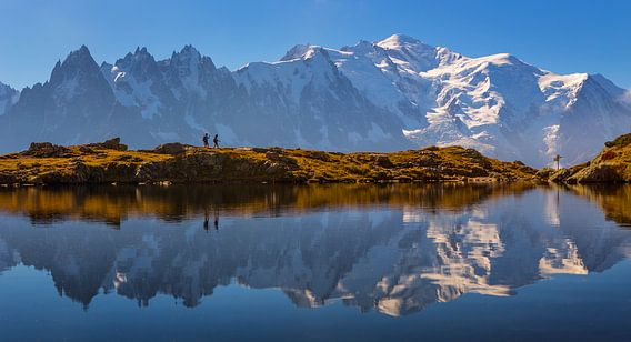 Wandelaars bij bergmeer Mont Blanc van Menno Boermans