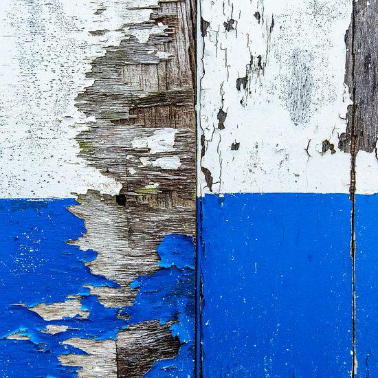 Strandhuis abstract in blauw en wit verweerd hout.