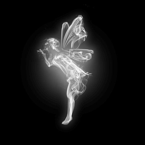Engel aus Rauch vor schwarzem Hintergrund von Atelier Liesjes