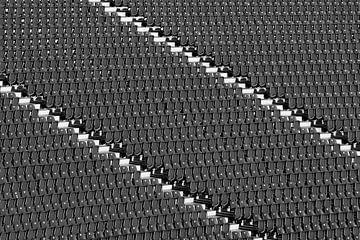 Viele Sitzbänke in einem Stadion von Frank Herrmann