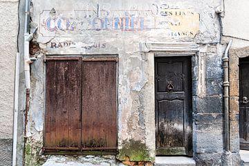 Façade française avec portes anciennes sur