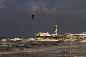 Kitesurfer voor de pier van Scheveningen van