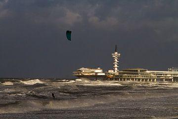Kitesurfer voor de pier van Scheveningen van Menno van Duijn