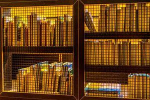 Boekenkast van de andere kant gefotografeerd