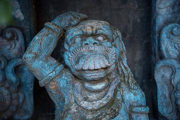 Indonesisch blauw beeld in een beeldentuin van Esther Mennen