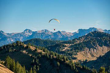 Paragliding over de Allgäuer Alpen. Glijdend over de bergen van berg naar berg van Leo Schindzielorz