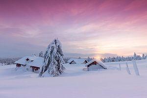 Ondergesneeuwd  dorp nabij Lillehammer tijdens zonsondergang