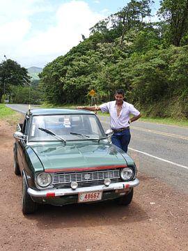 Trotse autobezitter in Costa Rica van Daniëlle van der meule