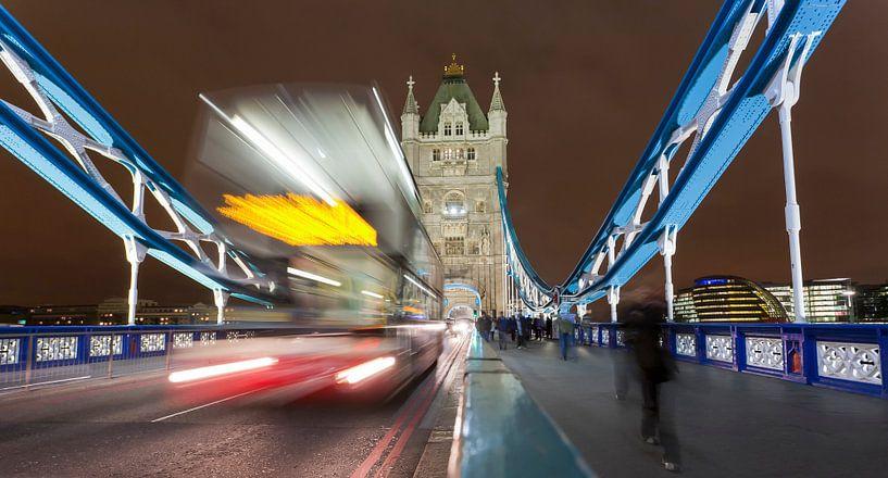 Double-decker on Tower Bridge in London at night van Werner Dieterich