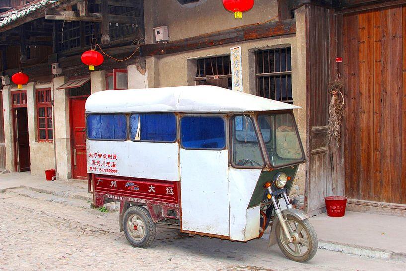 Oude taxi, China van Inge Hogenbijl