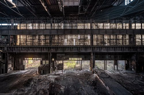 Un hall d'usine abandonné près d'une usine sidérurgique