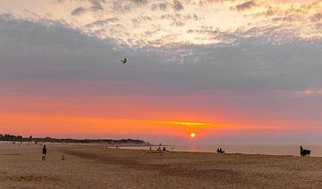 Gekleurde lucht strand Vrouwenpolder met vlieger van Percy's fotografie