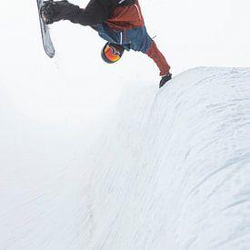 Handplant snowboard truuk in de mist van Hidde Hageman