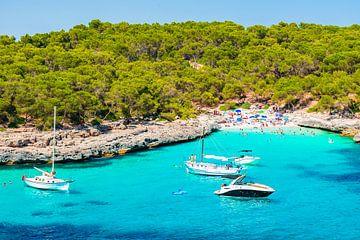 Idyllische zeebaai van Cala Burgit met boten jachten op het eiland Mallorca, Spanje Middellandse Zee van Alex Winter
