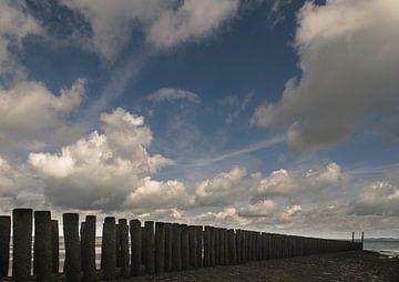 Strandhoofd met stapelwolken von Edwin van Amstel