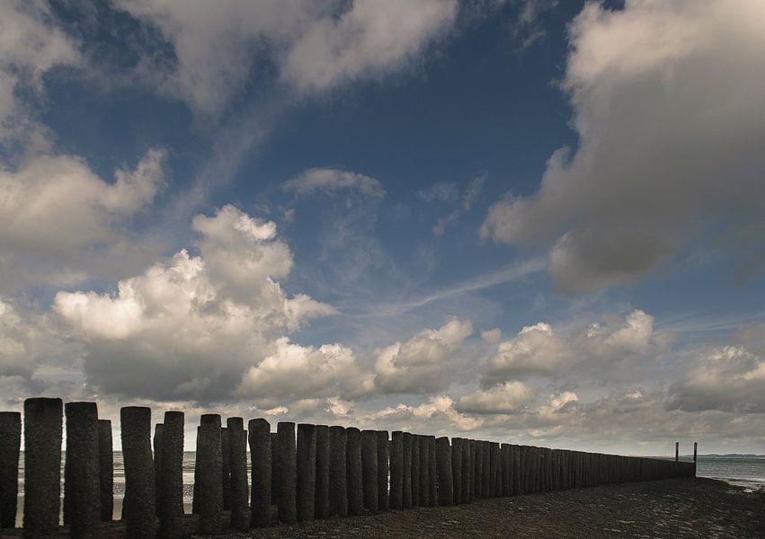 Strandhoofd met stapelwolken