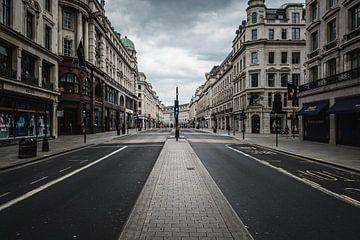 Verlassene regnerische Straße (London, 2020) von AB Photography