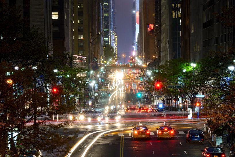 42nd Street in Manhattan New York in de avond van Merijn van der Vliet