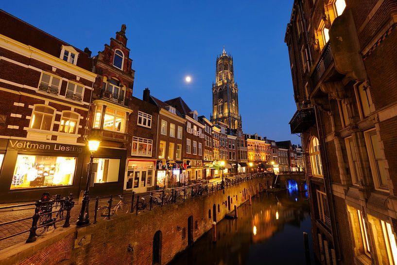 Vismarkt in Utrecht met de Domtoren op de achtergrond (3) van Donker Utrecht