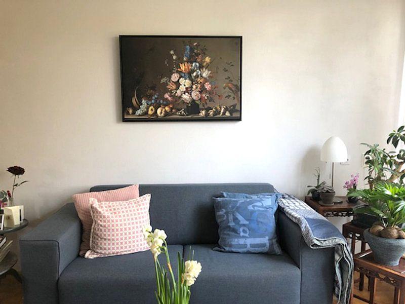 Klantfoto: Stilleven met mand met fruit, een vaas met bloemen en schelpen, Balthasar van der Ast (gezien bij vt, op canvas
