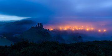 Kasteel Corfe in de mist van Denis Feiner
