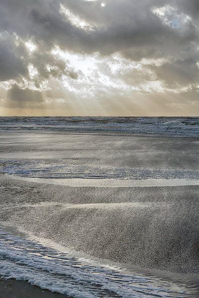 Ruige zee vanaf het strand van Egmond van Ronald Smits