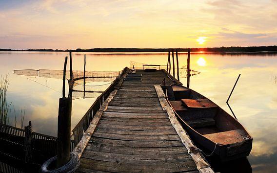 Oude houten steiger in de zonsondergang