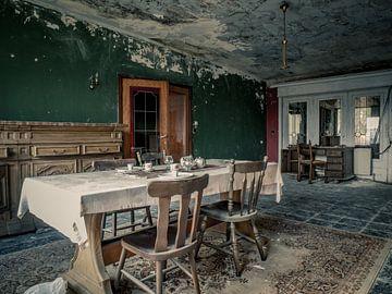 Esstisch und Stühle in einer verfallenen Villa von Art By Dominic