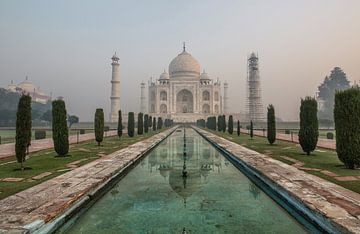 Zonsopgang en ochtendmist in Taj Mahal in Agra - India van Tjeerd Kruse