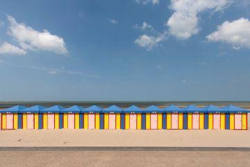 Rij fel gekleurde strandhuisjes in Noord Frankrijk van Peter de Kievith Fotografie
