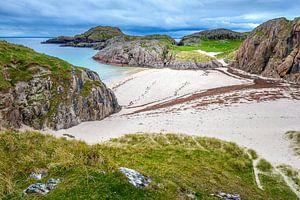 Idyllisch strand op mystiek eiland Iona van Rob IJsselstein