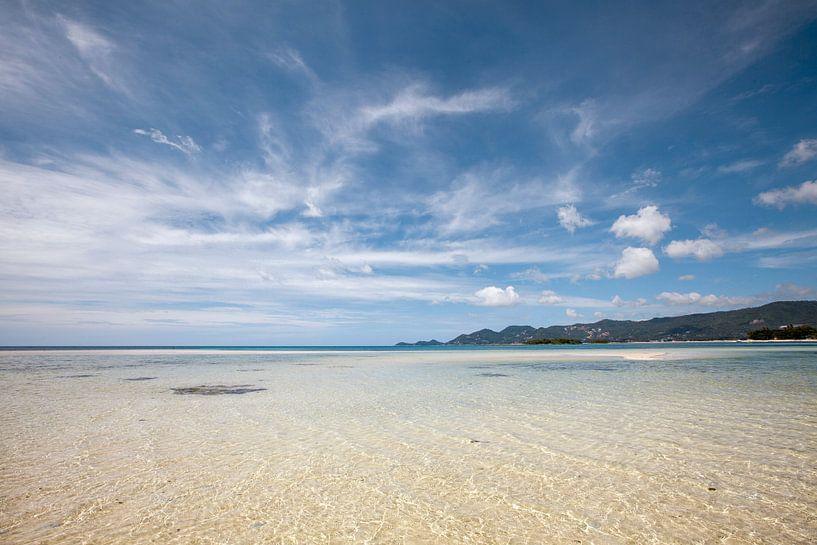 Een mooi tropisch eiland in Thailand. Een panoramisch strand op koh samui. van Tjeerd Kruse