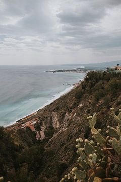 Uitzicht over de zee vanaf Taormina stad, Sicilië Italië van Manon Visser