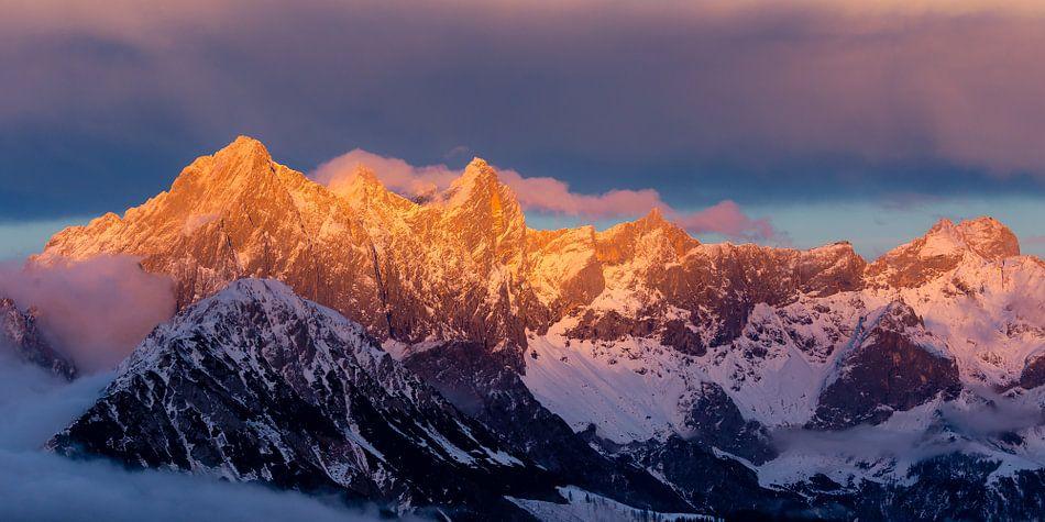 Alpenglühen in de bergen