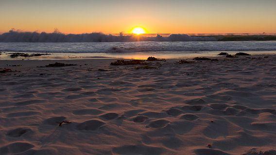 Ondergaande zon aan het strand, Camps Bay Kaapstap