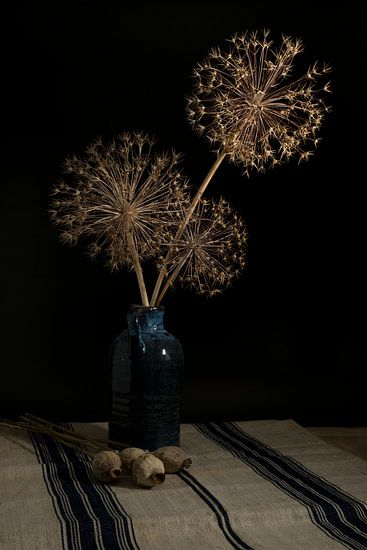 stil leven met gedroogde bloemen van uienbollen