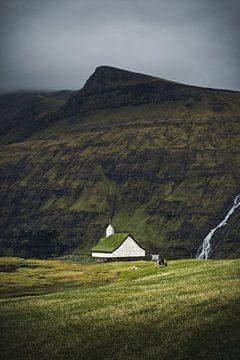 Kerkje op de Faeröereilanden van Mitchell Routs