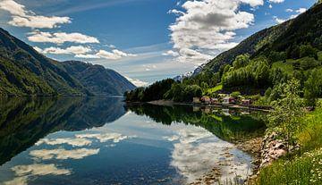 Reflecties aan de Hardangerfjord, Noorwegen van Adelheid Smitt