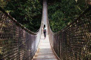 Vrouw op oneindige brug van