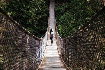 Frau auf der Unendlichen Brücke von Natasja Tollenaar