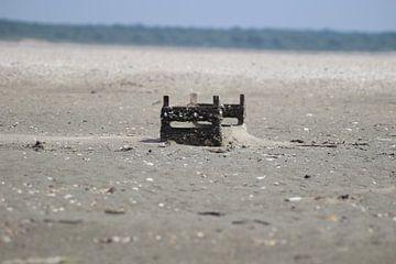 Kist op strand van Priscilla Bakker
