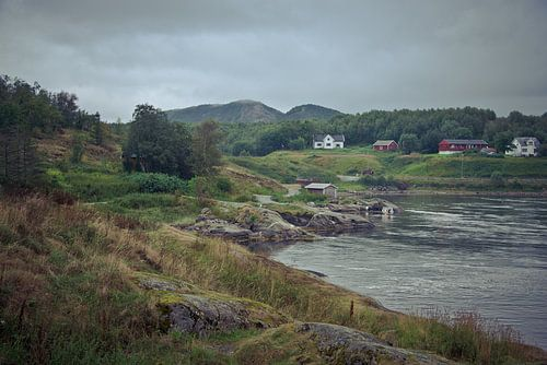 Heuvellandschap met meer en huizen in Noorwegen