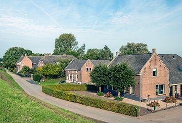 Bauernhöfe am Fuße eines holländischen Deiches von Ruud Morijn