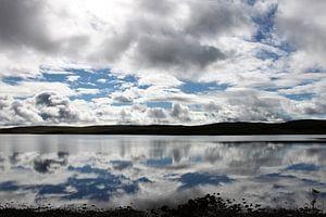 Wolkenlucht weerspiegeld in een Schots meer van Anna van Leeuwen
