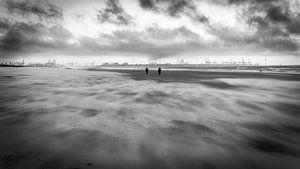 Op het strand door weer en wind
