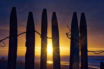 Strandzaun bei Sonnenuntergang Katwijk aan Zee von Wim van Beelen