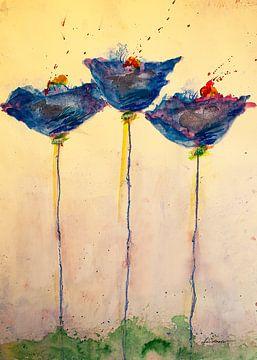 Drie blauwe, langstammige klaprozen op een weide van Klaus Heidecker