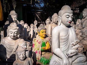 Een vreemde eend tussen de standbeelden van Boeddha in Mandalay van Rik Pijnenburg