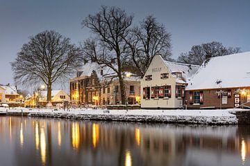 Het dorp van Oud Zuilen met monumentale gebouwen in de sneeuw van Michel Geluk