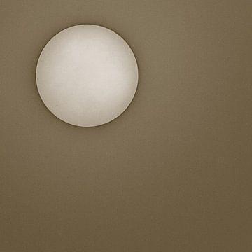 Zon tegen een bruine achtergrond van Art by Jeronimo